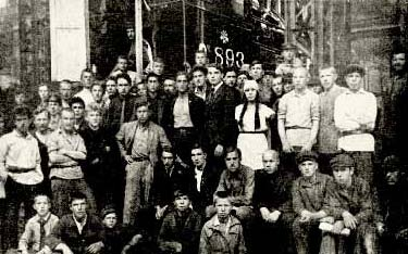 «Красная Пресня» на Коломенском паровозостроительном заводе В центре: П. Исаков, П. Канунников, Н. Старостин.