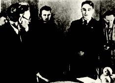 Михаил Калинин вручает Николаю Старостину присвоенный «Спартаку» орден Ленина