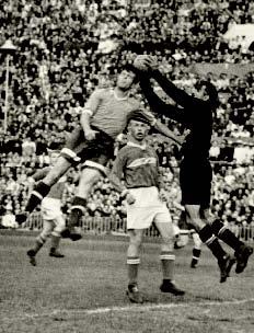 Михаил Пираев выигрывает борьбу за мяч. В глубине – Юрий Седов.